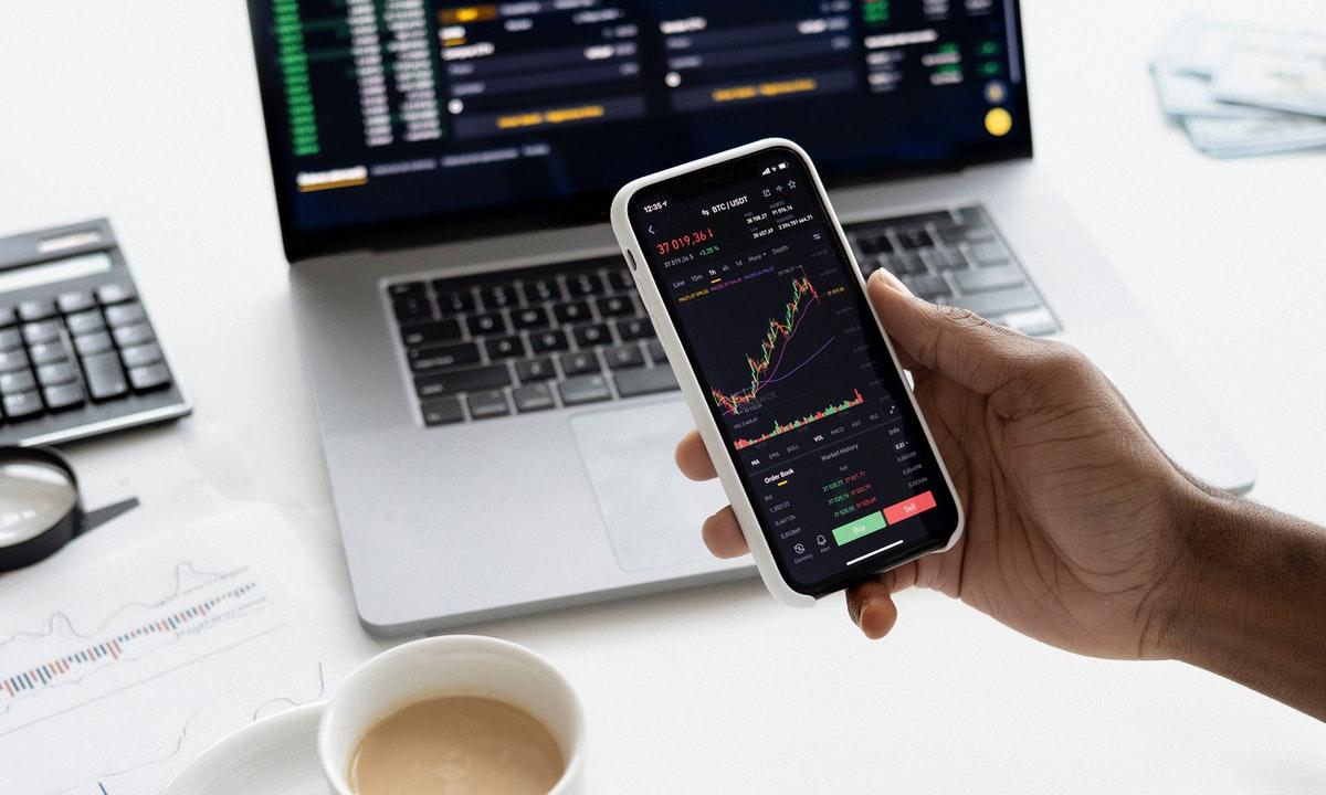 スマホで株の状況を見ているイメージ