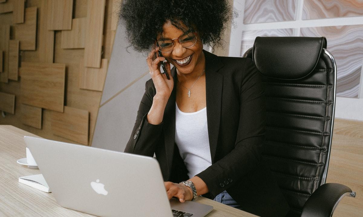 電話をしている女性のイメージ