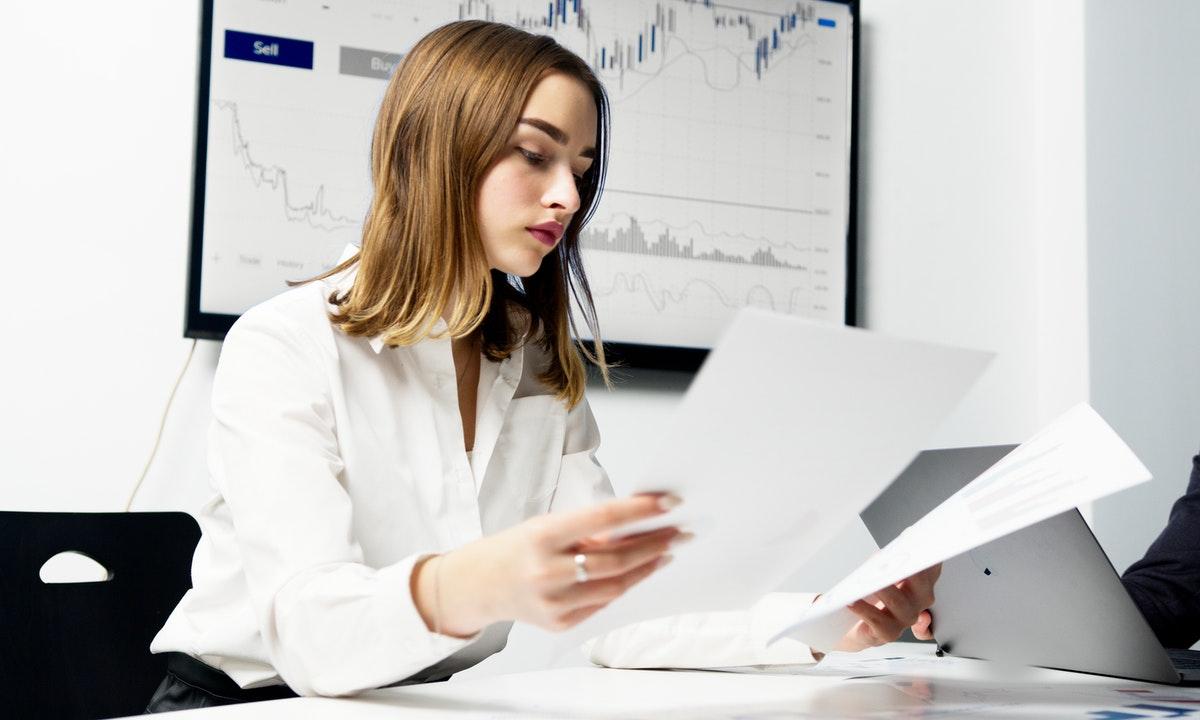 書類を見る女性のイメージ