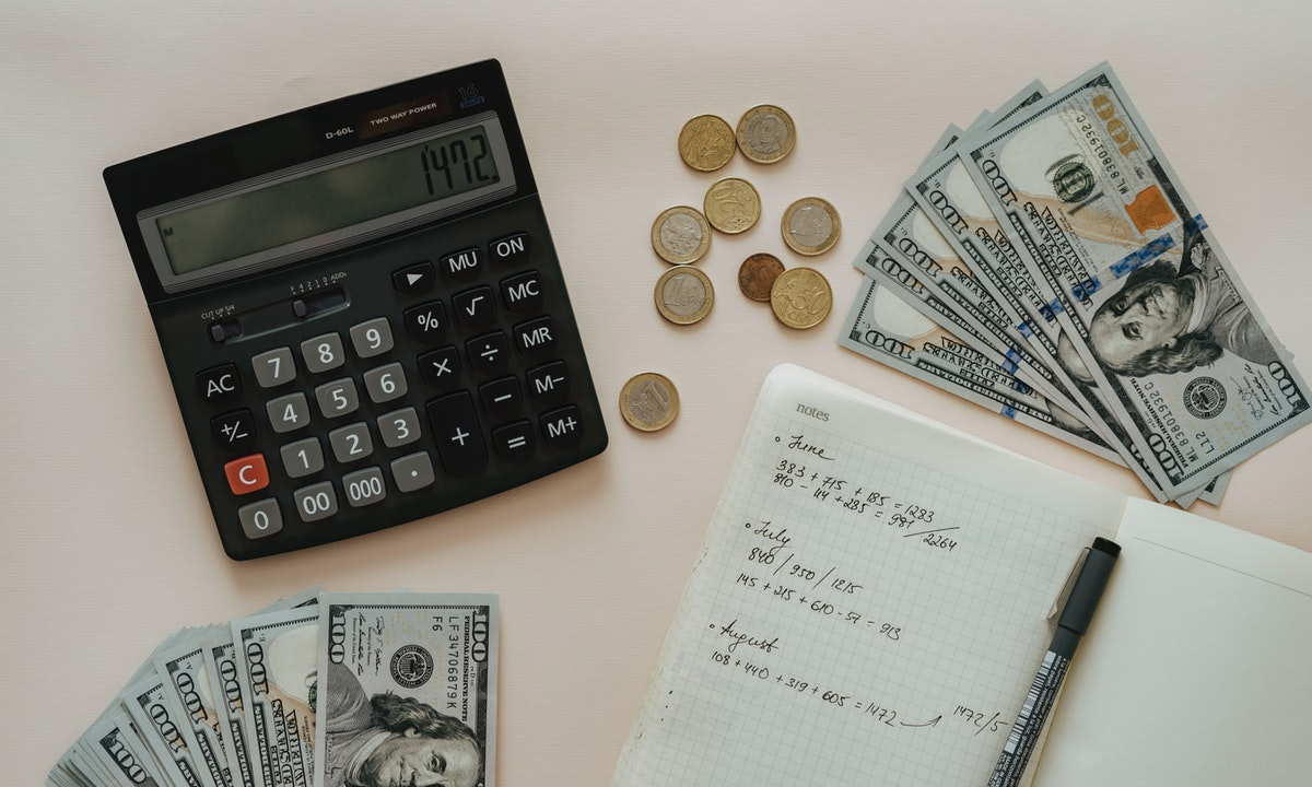 電卓とお金のイメージ