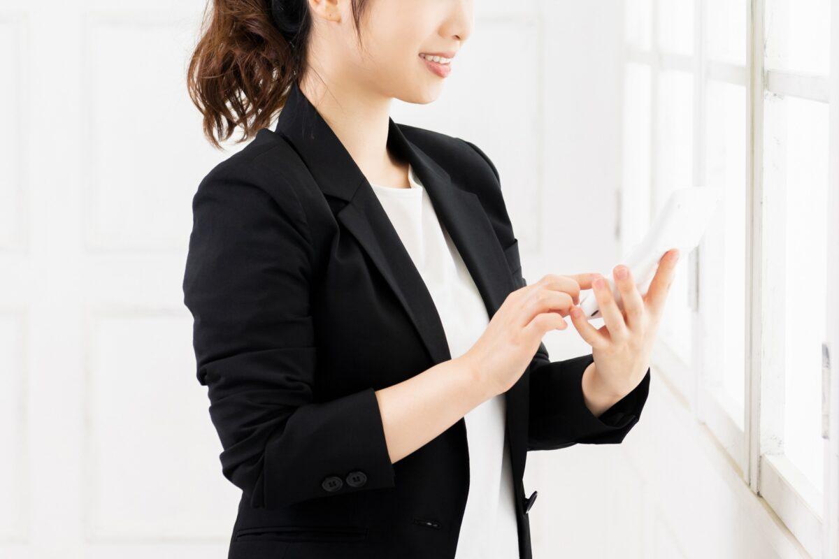 投資する女性のイメージ
