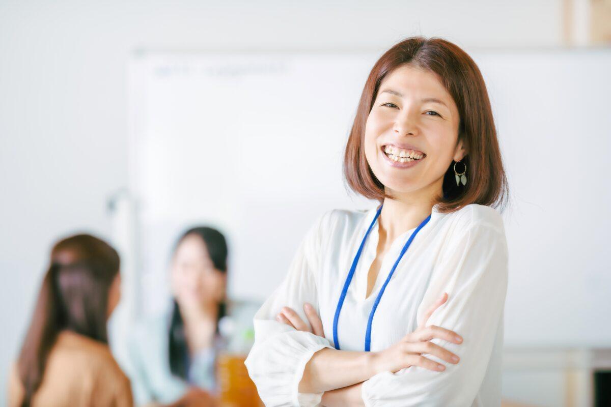 投資をする女性のイメージ