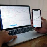 株取引を見ている人のイメージ