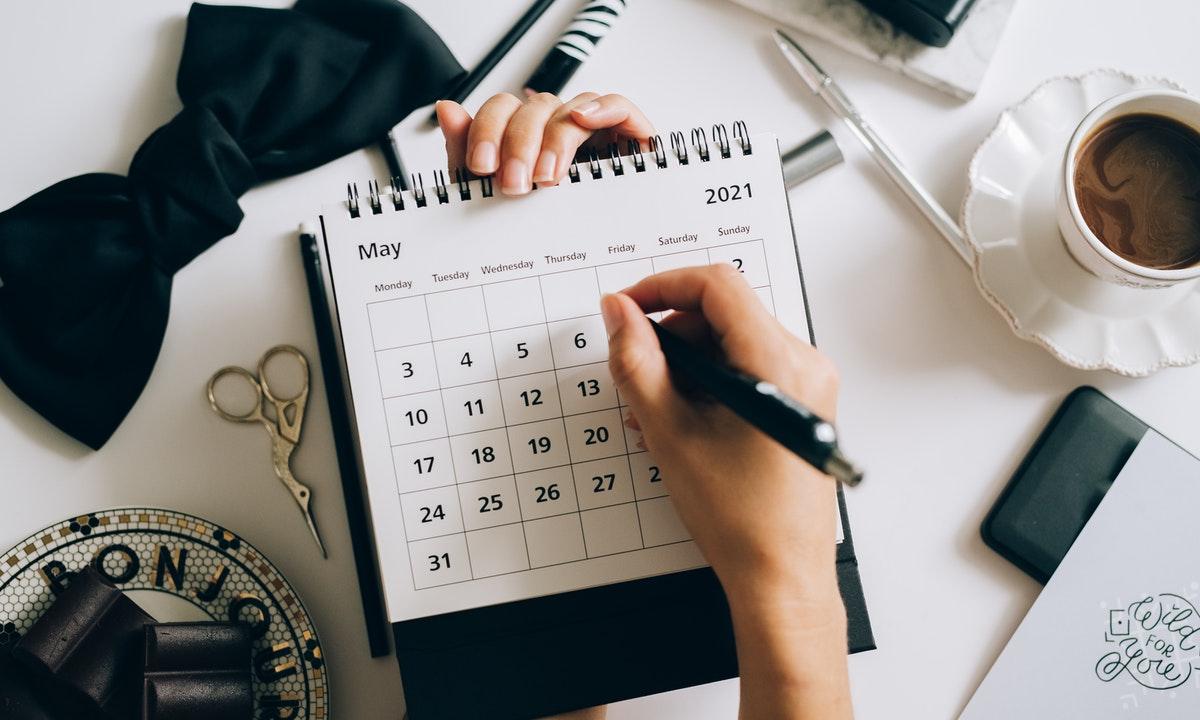 カレンダーに書き込んでいるイメージ
