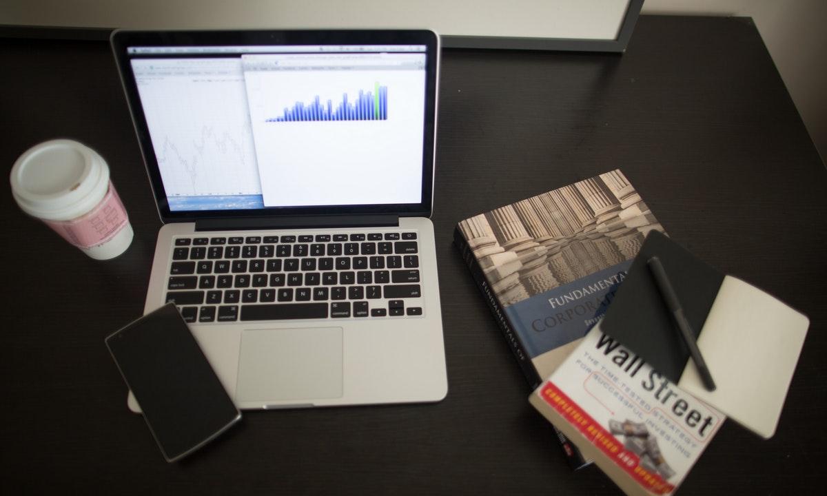 パソコンや書籍のイメージ