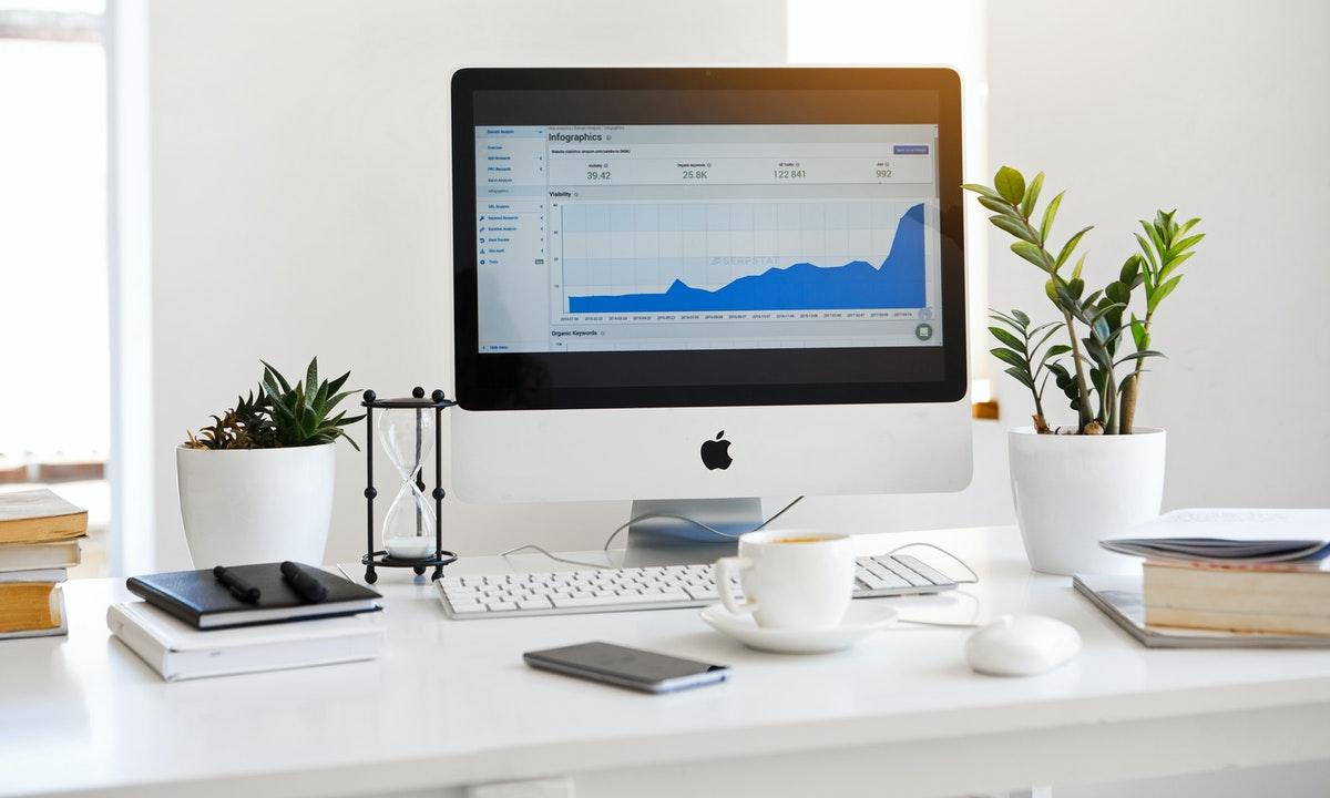 株のチャートを表示したパソコンのイメージ