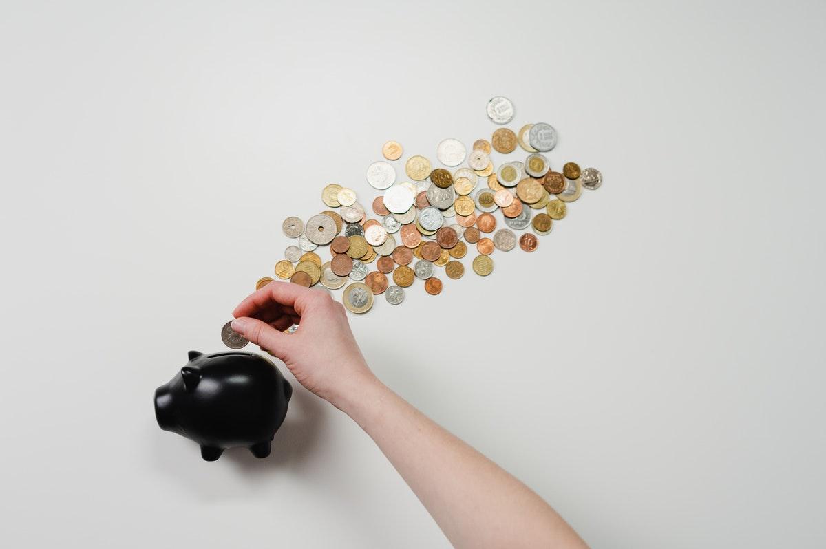 貯金箱とコインのイメージ