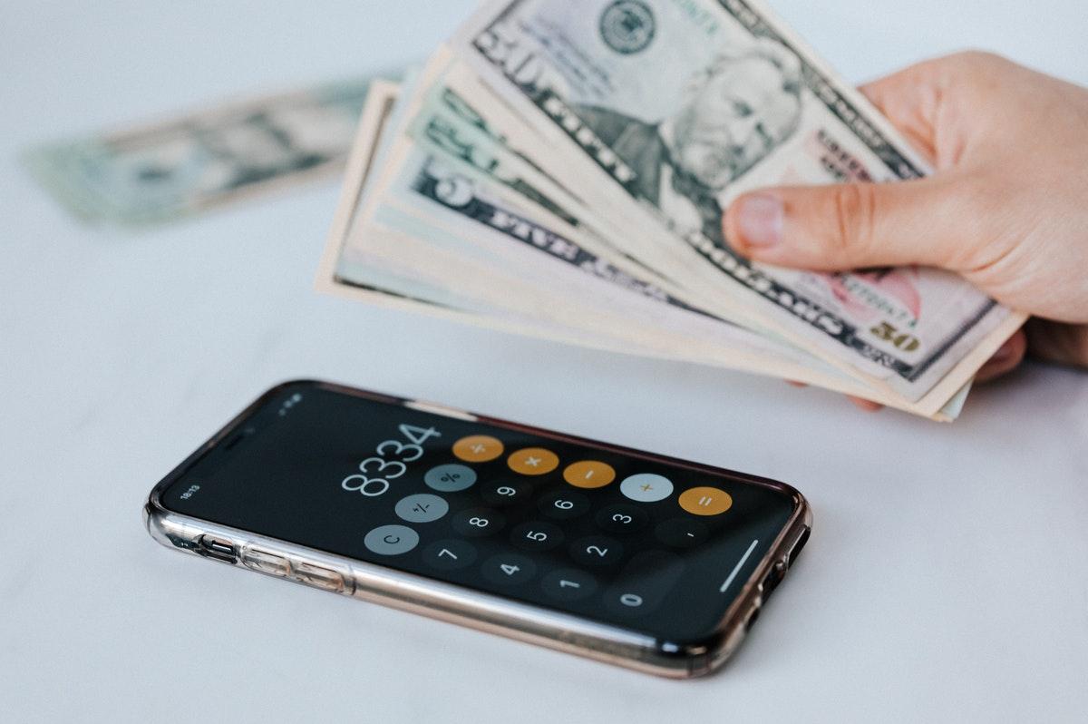 ドル札と電卓のイメージ