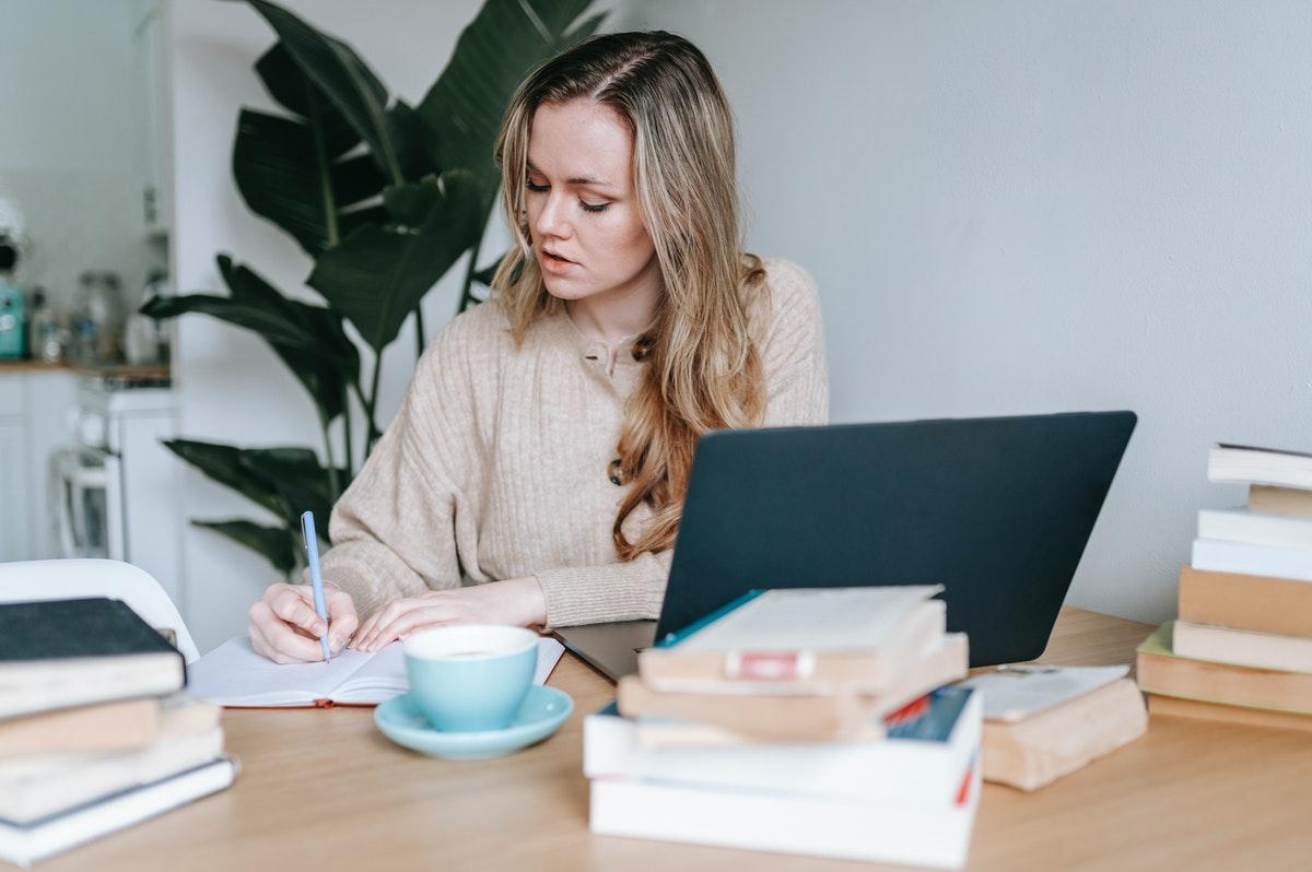 書き物をしている女性のイメージ