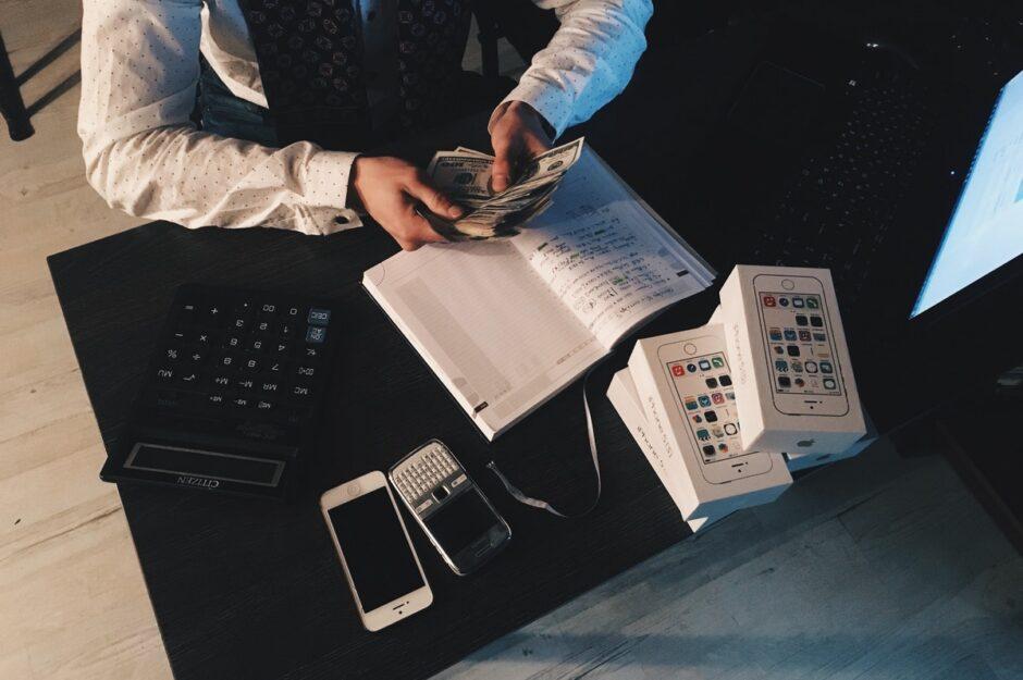 お金を数える人のイメージ